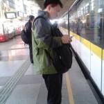 中国生活習慣、スリ防止。カバンを前に抱えて移動する中国人。カバン【提包】