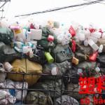 もはや中国名物。見慣れた山積みトラック。プラスチック【塑料】