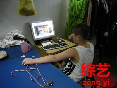 パソコンでテレビを見る中国人
