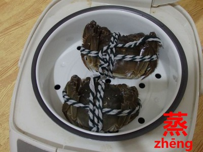 炊飯ジャーに入った上海蟹
