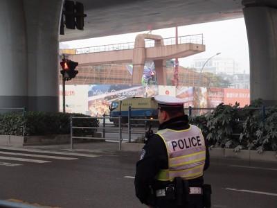 警官と上海のエヴァンゲリオン初号機