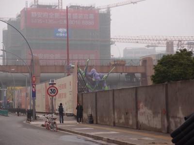 堀の中の上海エヴァンゲリオン初号機と人の対比