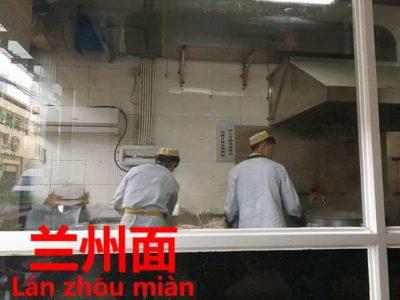 蘭州麺の麺を引き伸ばす蘭州人