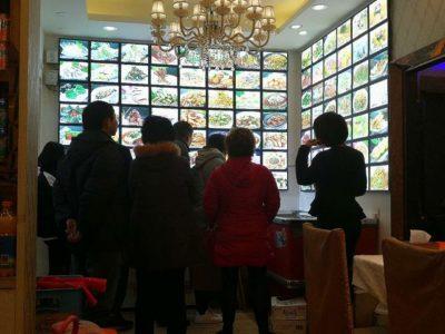 海鮮レストランで注文する中国人