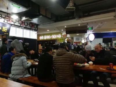 中国人が集まるフードコート