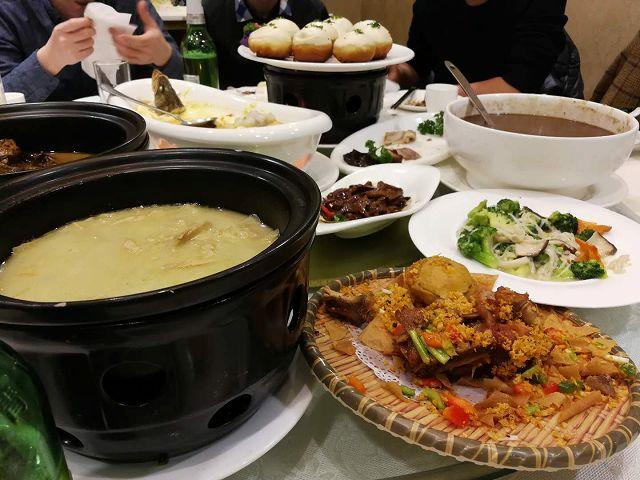 中国忘年会、積まれた料理