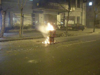 中国春節上がる花火のカス