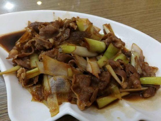 中華グルメ東北料理の長ネギと羊肉の炒め物
