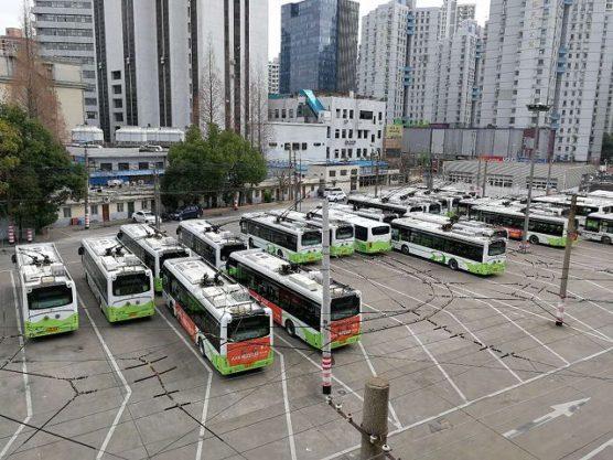 上海の停車中のトローリーバス