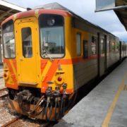 客家の街内湾の列車