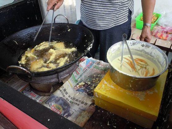 天ぷらにする金針花
