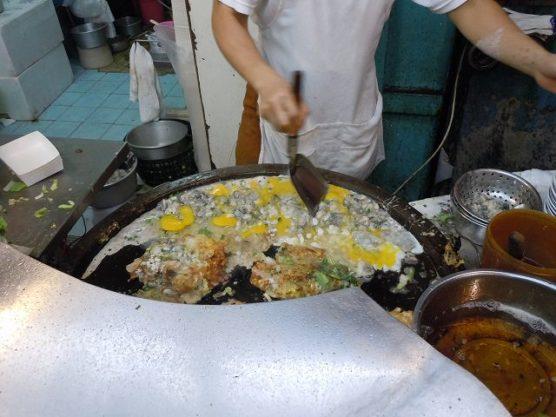 牡蠣オムレツを作るスタッフ
