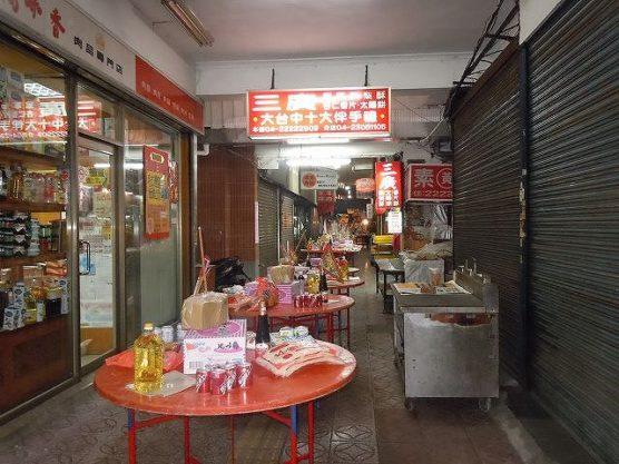 台湾台中の鬼月の飾りテーブル