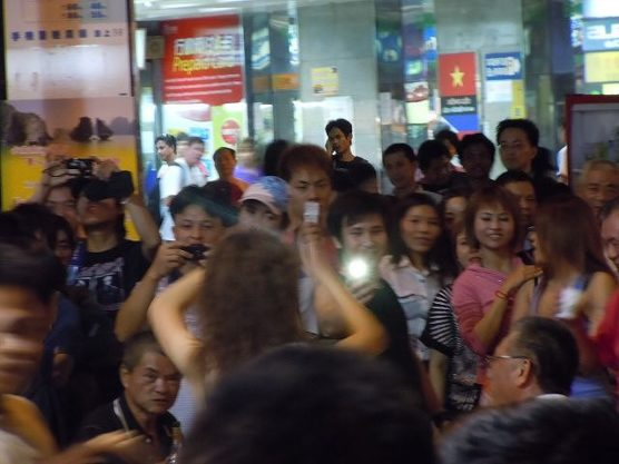 台湾女性も興味津々ポールダンサー