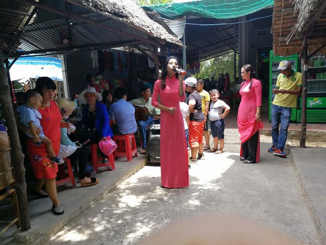 民謡を披露するベトナム人