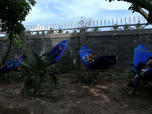 ハンモックで休憩するベトナム人男性