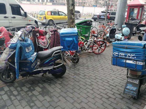 配達注文を待つテイクアウトの電動自転車