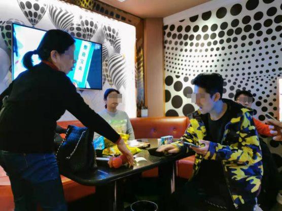 中国のカラオケ屋で盛り上がるスタッフ