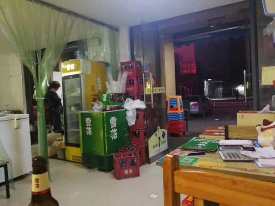 湖北省武漢の町並み屋台店内