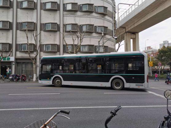 コロナ対策バスは窓全開
